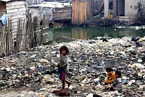 Situé à 3 kilomètres du centre de Tananarive, le quartier d'Anosibe est l'un des plus pauvres de la ville